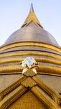 Enorma guld- Chedi med den guld- elefanten Arkivbild