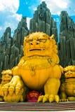 Enorma guld- monument av djur i Vietnam HO CHI MINH CITY Saigon Suoi Tien parkerar royaltyfri foto