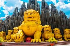 Enorma guld- monument av djur i Vietnam HO CHI MINH CITY Saigon Suoi Tien parkerar royaltyfri bild
