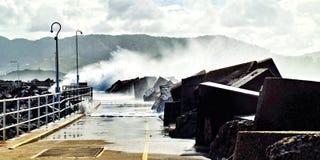 Enorma hav som bryter över den Coffs Harbour marinabreakwallen Royaltyfri Fotografi