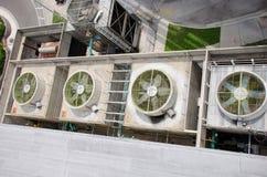 Enorma industriella fans på byggnadsluftkonditioneringsapparaten Royaltyfri Foto
