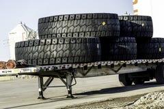 Enorma industriella gummihjul för mars 30 2019 - Lethbridge Alberta Canada - på baksidan av en lastbil fotografering för bildbyråer