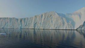 Enorma isberg på det arktiska havet i Grönland stock video