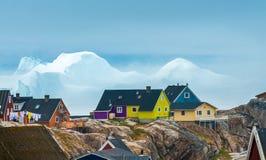 Enorma isberg strandade på kusterna av staden av Iulissat, Gr Arkivfoton