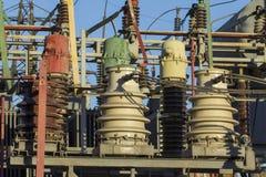 Enorma keramiska isolatorer på hög-spänning kraftledningar arkivfoton