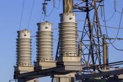 Enorma keramiska isolatorer på hög-spänning kraftledningar royaltyfri fotografi