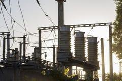 Enorma keramiska isolatorer på hög-spänning kraftledningar royaltyfri bild