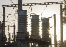 Enorma keramiska isolatorer på hög-spänning kraftledningar royaltyfria foton