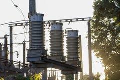 Enorma keramiska isolatorer på hög-spänning kraftledningar royaltyfria bilder