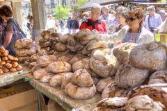 Enorma loaves av svart bröd på räknaren i lagret arkivfoto