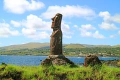 Enorma Moai av Ahu Mata Ote Vaikava på Stillahavskusten på Hanga Roa, Archaelogical plats på påskön, Chile royaltyfria foton