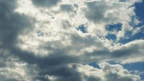 Enorma moln ovanför Lit upp vid solen arkivfilmer