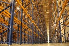 Enorma områden för lagringsrum med vertikal lagring arkivfoton