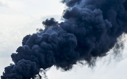 Enorma rökmoln på himmel Arkivbilder