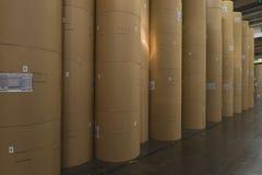 Enorma Rolls av papper i tidningsfabrik royaltyfri fotografi