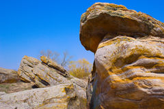Enorma stenar mot himmelbakgrund, enorma stenar mot det blått Royaltyfri Foto