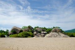 Enorma stenblock på en öde strand Royaltyfria Bilder