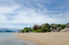 Enorma stenblock på en öde strand Arkivfoton