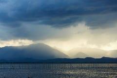 Enorma stormmoln med regn Arkivfoton