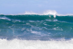 Enorma uppsättningar av vinkar i Oahu Arkivfoton