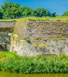 Enorme alte Steinverteidigungswand mit Kanonen Lizenzfreie Stockfotografie