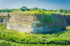 Enorme alte Wand mit Kanonen in einer schönen Landschaft Stockbild