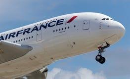 Enorme - avião Airbus A380 do jato no fundo do céu azul Fotografia de Stock