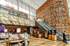 Enorme Bücherregale und Regale mit Zeitschriften in Starfield-Bibliothek stockfoto