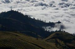 Enorme bewolkte bergen Stock Foto's
