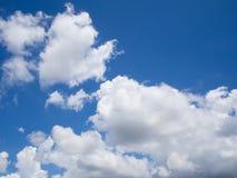 Enorme blauwe hemelachtergrond met witte pluizige wolken Royalty-vrije Stock Foto