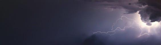 Enorme Blitze und Donner während des schweren Sommers stürmen Lizenzfreie Stockfotos