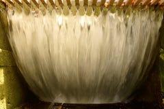 Enorme de las corrientes cristalinas abajo de la cascada del canal inclinado en el metro Fotos de archivo libres de regalías