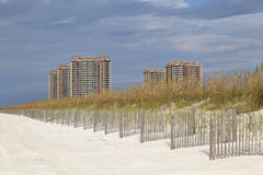 Enorme Eigentumswohnungen auf ursprünglichem weißem Sand-Strand von Florida Stockfoto