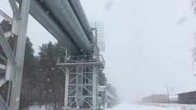 enorme Erdgasleitung 4K gelegt entlang schneebedeckte Straße in Riga, Lettland stock footage