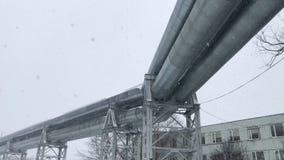 enorme Erdgasleitung 4K gelegt entlang schneebedeckte Stra?e in Riga, Lettland stock video footage