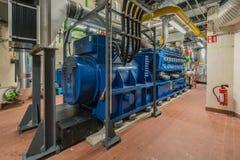 Enorme Erdgasmaschine funktioniert in einer in einem kombiniertes Hitze und Kraftwerk und liefert einen Bezirk mit Hitze lizenzfreie stockfotos