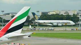 Enorme estupendo de Singapore Airlines Airbus 380 que es remolcado a través de pista de rodaje Fotos de archivo libres de regalías
