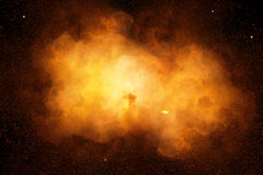 Enorme, extrem heiße Explosion mit Funken und heißer Rauch, gegen schwarzen Hintergrund lizenzfreie stockbilder