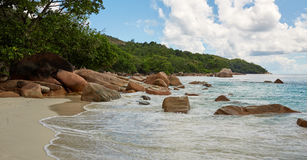 Enorme Felsen auf dem Ufer Stockfotos