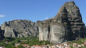 Enorme Felsen in Meteora, Griechenland mit Dorf an ihrer Basis lizenzfreie stockfotos