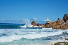 Enorme Felsen mit den Wellen des Ozeans, Seychellen Stockfotografie