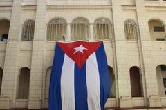 Enorme Flagge von Kuba hängend von der Wand eines Gebäudes lizenzfreie stockfotos