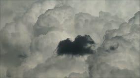 Enorme flaumige weiße und dunkle Wolken im Himmel, der in schönen Zeitspanneschuß sich bewegt stock footage