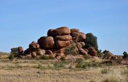 Enorme Flusssteine bildeten sich durch Abnutzung im Karlu Karlu lizenzfreies stockfoto