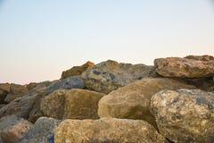 Enorme Flusssteine gegen den wolkenlosen Himmel lizenzfreie stockfotos