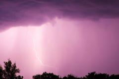 Enorme Gabelblitze und Donner während des schweren Sommers stürmen Lizenzfreie Stockfotografie
