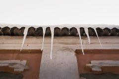Enorme gefährliche Eiszapfenbildung auf der Dachspitze Gefährlich gefrieren Sie mich Stockfotos