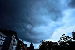 Enorme Gewitterwolke verdunkelt den Himmel Lizenzfreie Stockbilder