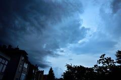 Enorme Gewitterwolke verdunkelt den Himmel Stockbild