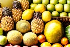 Enorme Gruppe bunte frische Früchte verwendet möglicherweise als Lebensmittelhintergrund Stockfotos